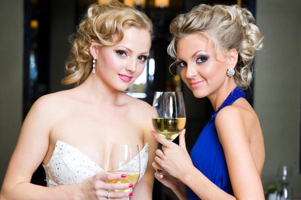 Прическа к подруге на свадьбу на длинные волосы